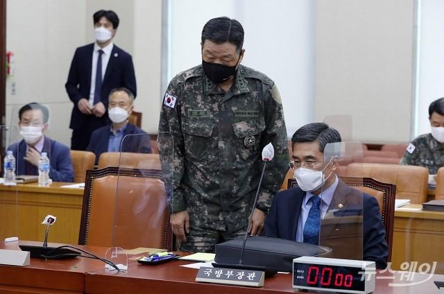 대화 나누는 서욱 국방부 장관과 안영호 합참 작전본부장