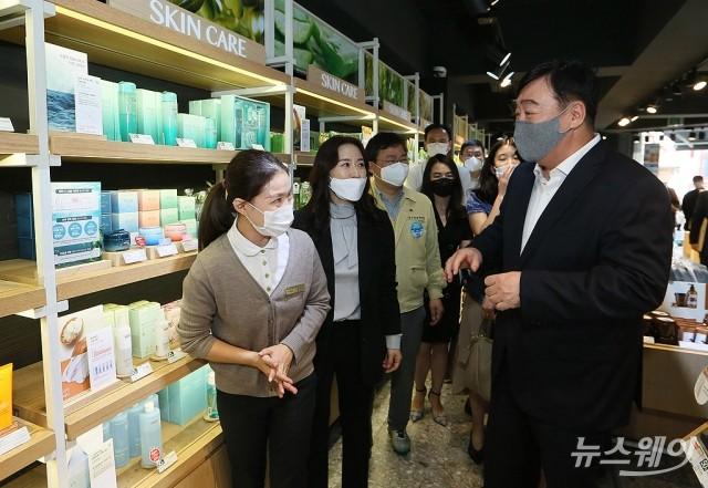 명동 상인들 격려와 응원나선 싱하이밍 중국대사