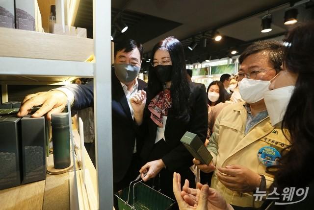코로나19로 어려움 겪는 명동 상인들 응원나선 싱하이밍 중국대사