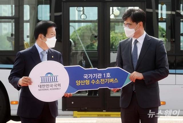[NW포토]국회 수소버스 시승식 참석한 박병석 국회의장과 공영운 현대차 사장