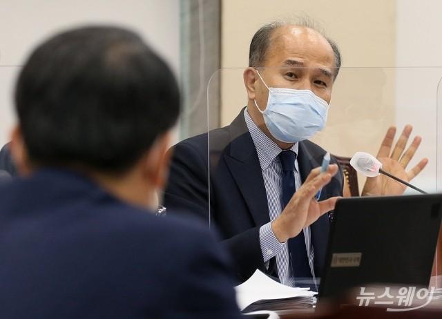 [NW포토]금융위에 '카카오뱅크' 질의하는 이용우 더불어민주당 의원