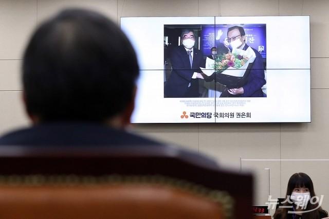 [NW포토]이해찬 전 대표와의 기념사진 보는 윤석헌 금감원장