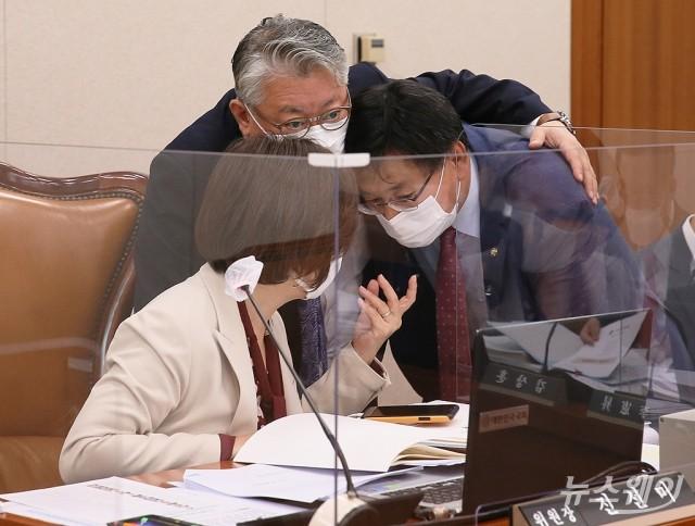 [NW포토]논의하는 진선미 위원장과 여·야 간사