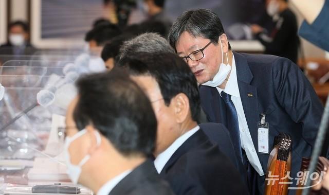 [NW포토]국감 출석해 여당의원들과만 인사 나눈 손병석 철도공사 사장