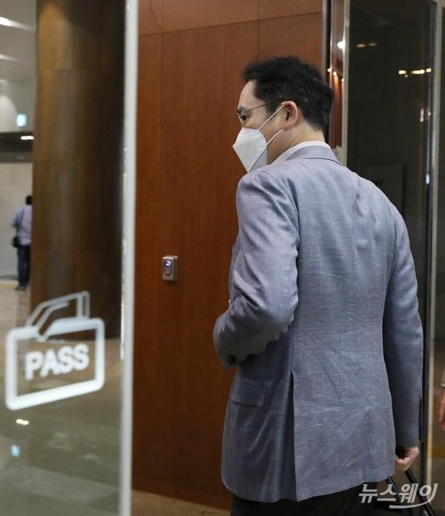 [NW포토]이재용 부회장, 베트남 푹 총리와 단독면담 위해 출국