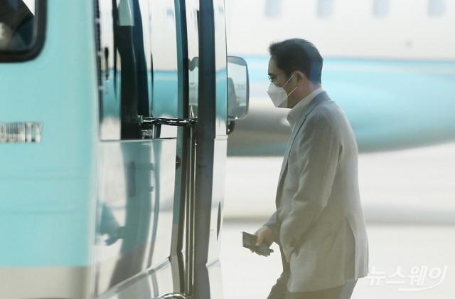 [NW포토]베트남행 전세기 탑승하는 이재용 부회장
