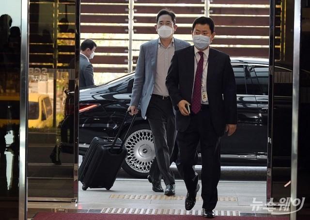[NW포토]베트남 출장 위해 김포비즈니스항공센터 들어서는 이재용 부회장
