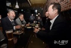 """18만 상공인에 영상 띄운 박용만 """"경제 최전선 굳건히 있겠다"""""""