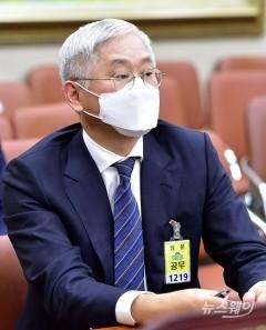 """'고열 불참' 서경배 재출석…""""가맹점주 상생방안 마련하겠다"""""""