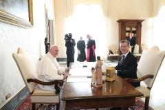 """문 대통령, 교황에게 """"평화를 위해 기도한다"""" 친필 메시지 받아"""