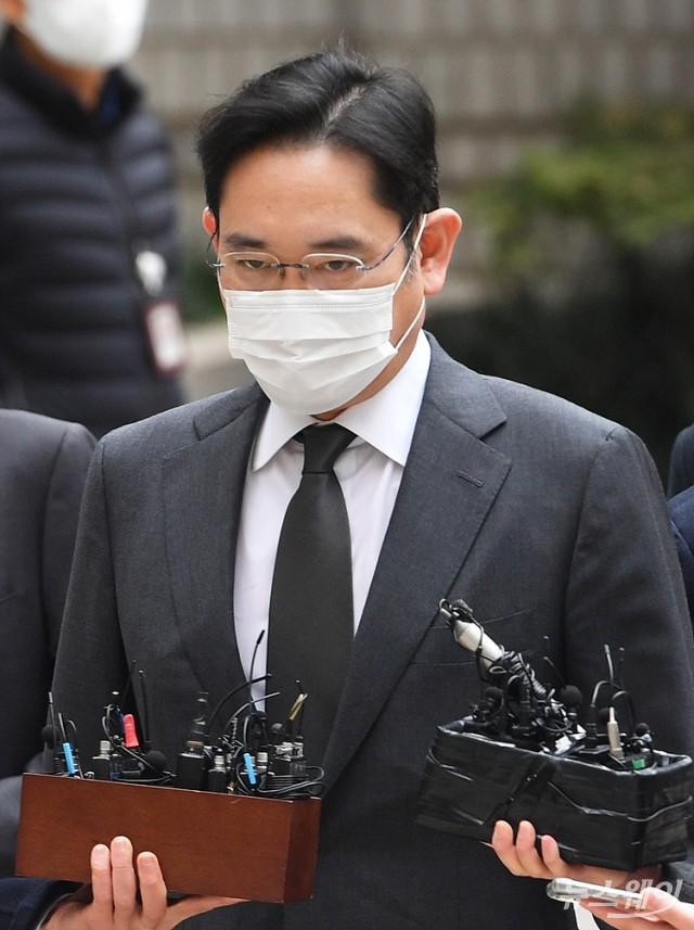 [NW포토]이재용 삼성전자 부회장, 국정농단 사건 파기환송심 공판 출석