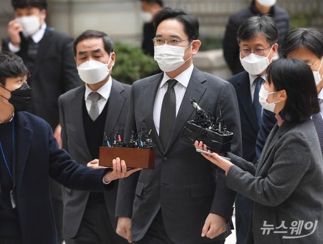 [NW포토]이재용 삼성 부회장, 파기환송심 재판 출석…이건희 회장 장례 후 첫 공개 일정