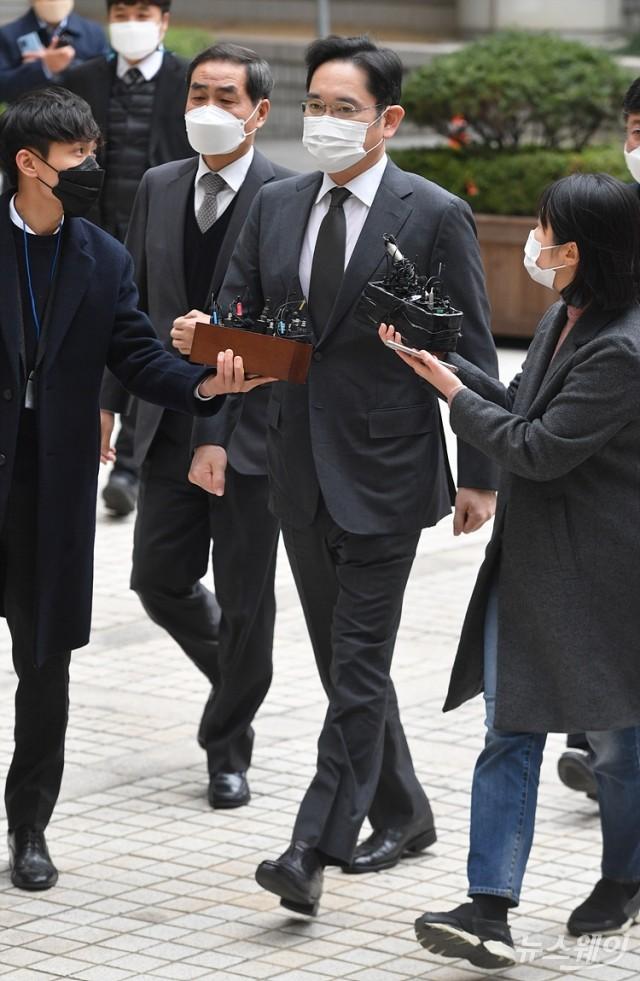 [NW포토]이재용 부회장, 국정농단 재판 출석…취재진 질문에 '묵묵부답'
