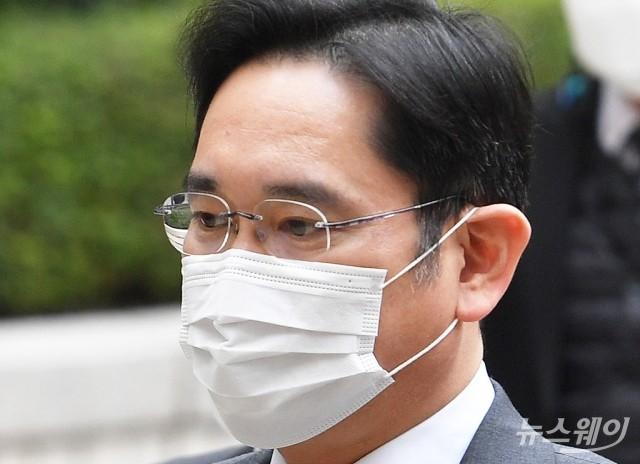 [NW포토]마스크 쓰고 법원 들어서는 이재용 삼성전자 부회장