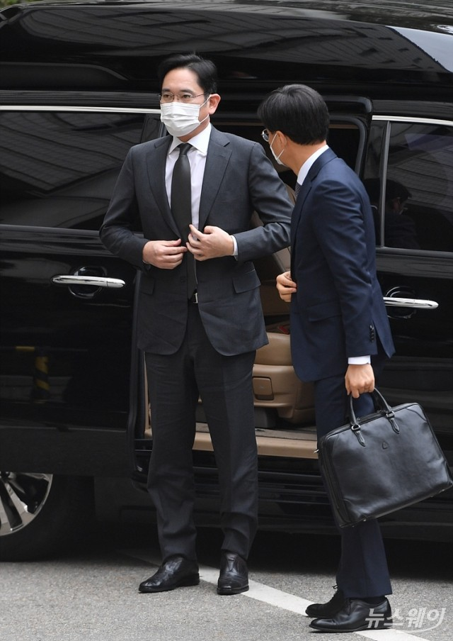 [NW포토]차에서 내리는 이재용 삼성 부회장
