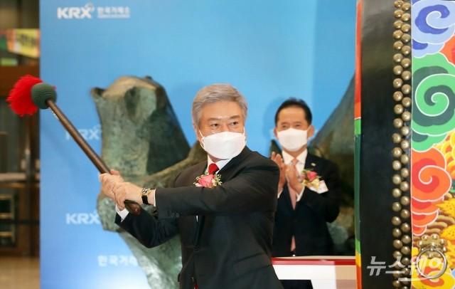[NW포토]교촌치킨운영하는 '교촌에프앤비' 코스피 상장 알리는 소진세 회장