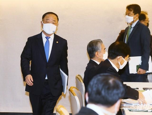 [NW포토]홍남기 부총리, 제10차 부동산시장 점검 관계장관회의 참석