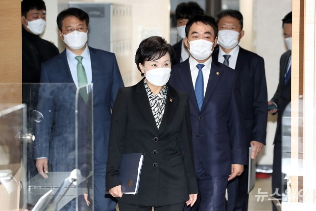 [NW포토]서민·중산층 주거안정 지원방안 발표장 들어서는 김현미 장관
