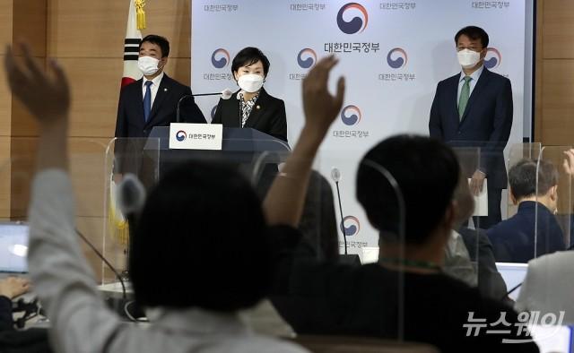[NW포토]김현미 장관, 주거안정 지원방안 발표…쏟아지는 질문