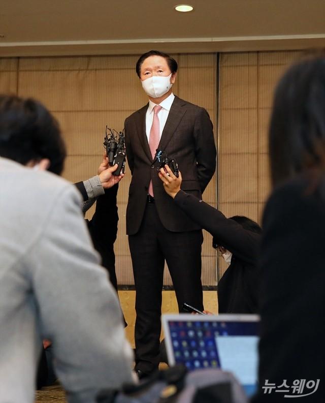 [NW포토]취재진의 관심 쏠린 합병 질문에 답하는 우기홍 대한항공 사장
