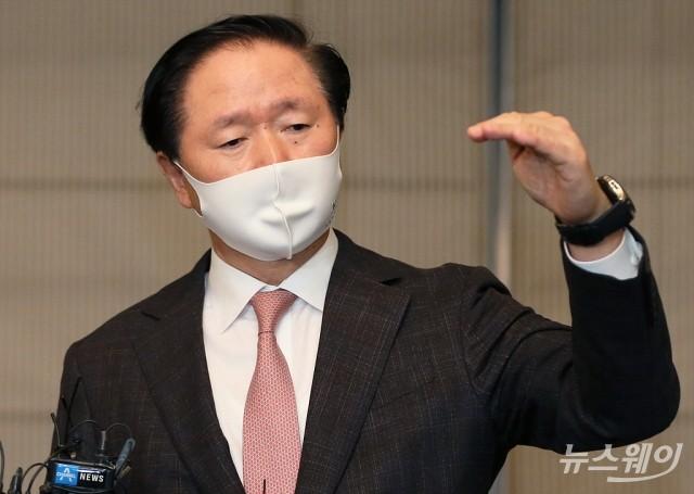[NW포토]아시아나 인수 후 중복노선 질문에 답하는 우기홍 대한항공 사장