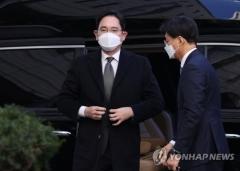 이재용 부회장, 2주만에 국정농단 재판 출석…질문엔 '묵묵부답'