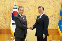 문 대통령, 中 왕이 접견…한중 우호 협력 관계 굳건함 평가