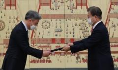 문 대통령, 박철민·임무홍 등 6개국 대사에 신임장 수여