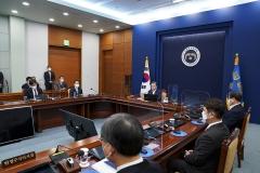 문 대통령 주재 새해 첫 국무회의서 '3차 재난지원금 지출안' 통과