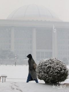 눈·비 그치고 출근길 반짝 추위…빙판길 조심해야