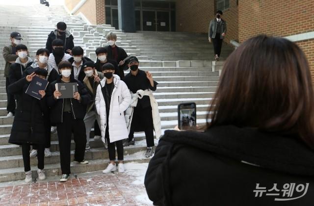[NW포토]'마스크 쓰고 시작한 고3, 졸업식 사진도 마스크 쓰고'