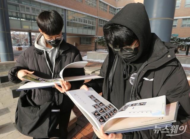[NW포토]졸업앨범 확인하는 졸업생들