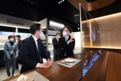성윤모 산업통상자원부 장관, LG디스플레이 CES 전시장 방문