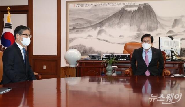 [NW포토]국회의장과 대화하는 변창흠 국토부 장관