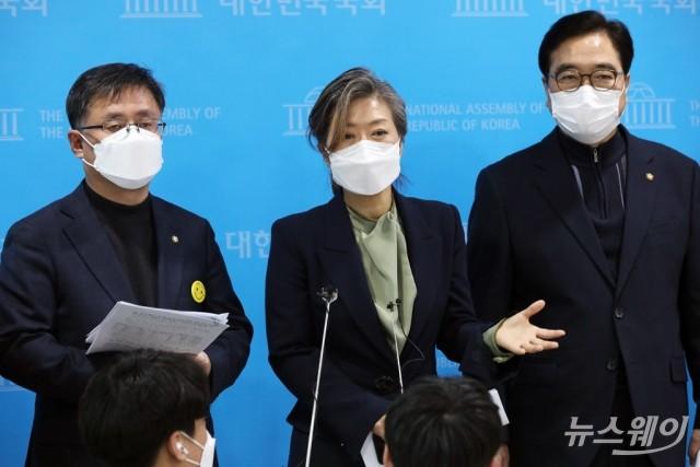 [NW포토]취재진의 질문에 답하는 더불어민주당