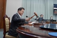 문 대통령, 아동학대방지법 국무회의 의결…설 선물 20만원으로 상향
