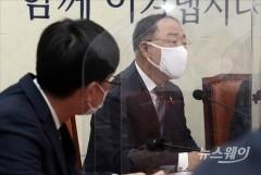 """홍남기 """"더 두터운 지원, 사각지대 보강""""…선별지원 고수"""