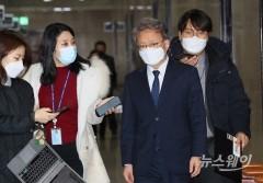 취재진과 인터뷰하는 중기부 장관 내정 더불어민주당 권칠승 의원