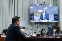 """문 대통령, 코로나 방역 관련 부처에 """"일상회복 위해 최선 다할 것"""" 요청"""