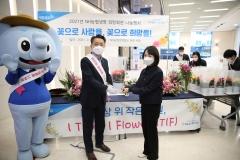 김인태 농협생명 사장, 출근길 직원에게 꽃 화분 전달