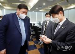 셀트리온 코로나19 항체치료제 '렉키로나주' 살펴보는 서정진-김강립
