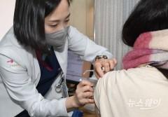 """전문가 """"AZ 백신, 안전성·효과성 기준 충족""""…접종 권고"""