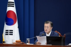"""문 대통령 """"중앙정부·공공기관 90만개 이상 창출""""…고용회복 지시"""