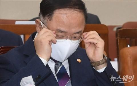'전국민 위로금' 예고한 文···난감한 홍남기