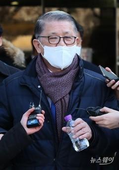 취재진의 질문에 답변하는 최신원 SK네트웍스 회장