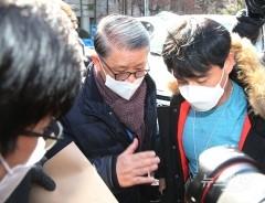 취재진과 검찰 관계자에 둘러싸인 최신원회장