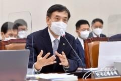 질의에 답변하는 이주열 한국은행 총재