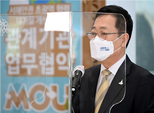 박남춘 인천시장, 마스크 활용한 이색 시정 홍보 '눈길'