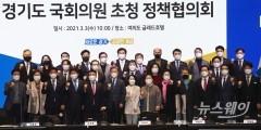 이재명, 여의도서 정책 홍보…여야 의원들 몰려