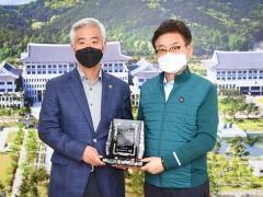 〔포토〕이철우 경북도지사, 김홍길 전.전국한우협회장에 감사패 전달